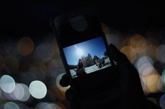 夜景とスマートフォンの写真