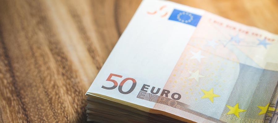 Gehalt + Geldstapel (Bild: Pixabay)