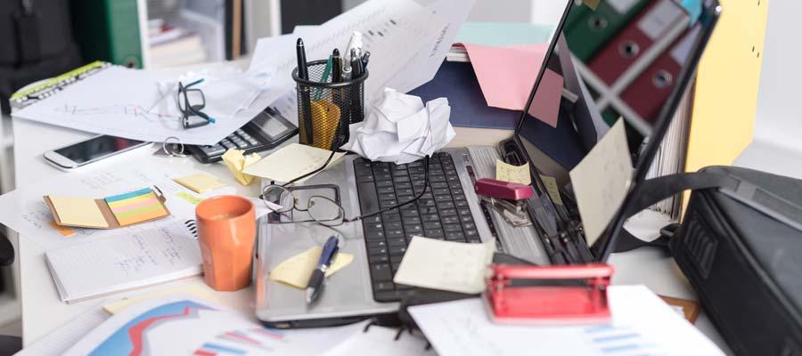 Unordnung und Ordnung im Büro (Bild: Shutterstock)