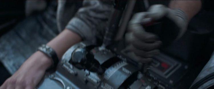 We zien een paar handen in de cockpit van een landspoeder. De piloot lijkt aan de handschoenen te zien Han Solo te zijn. De vrouwelijke arm naast hem moet haast van Qi'Ra zijn.
