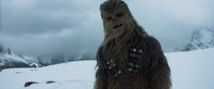 Beckett vraagt Solo of hij mee doet, waarop Chewie eindelijk volledig in beeld komt. Chewie draagt hier twee bandoliers ipv de enkele die we van hem gewend zijn. Ook zitten er in deze bandolier buisjes ipv de doosjes.
