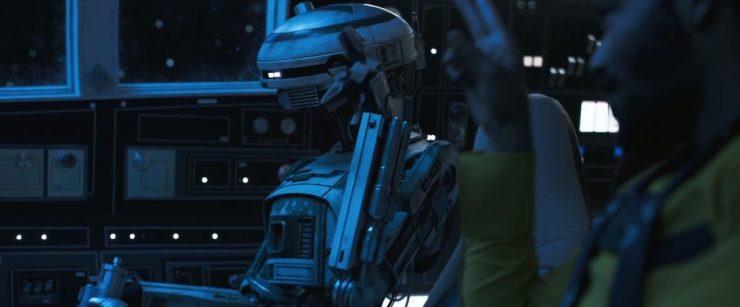 Vervolgens zien we Lando en de droid die we eerder bij Qi'Ra zagen in de cockpit van de Millennium Falcon zitten. Aan hun routine is duidelijk te zien dat dit niet de eerste keer is dat ze samen de Falcon besturen.