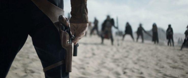 Hier zien we nog een oude bekende terug. De geliefde DL-44, het trouwe wapen dat Han altijd bij zich heeft. En zo te zien is het maar goed dat hij hem bij zich heeft, want hij staat op het punt om aan een duel te beginnen met de persoon die in de teaser Beckett aanviel op de monorail. De vraag is, gebeurt dit duel er voor of er na?