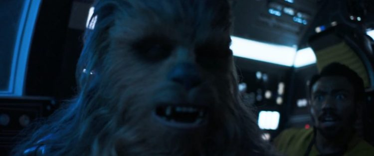 Vervolgens zien we Chewie op zijn vertrouwde plek in de Falcon zitten, met een Lando achter hem die voor zijn leven lijkt te vrezen.
