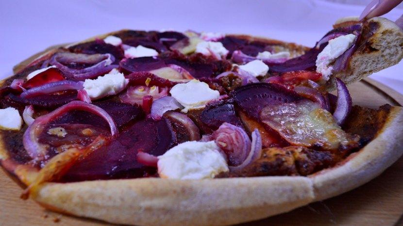 Pizza na pełnoziarnistym spodzie z burakami i kozim serem