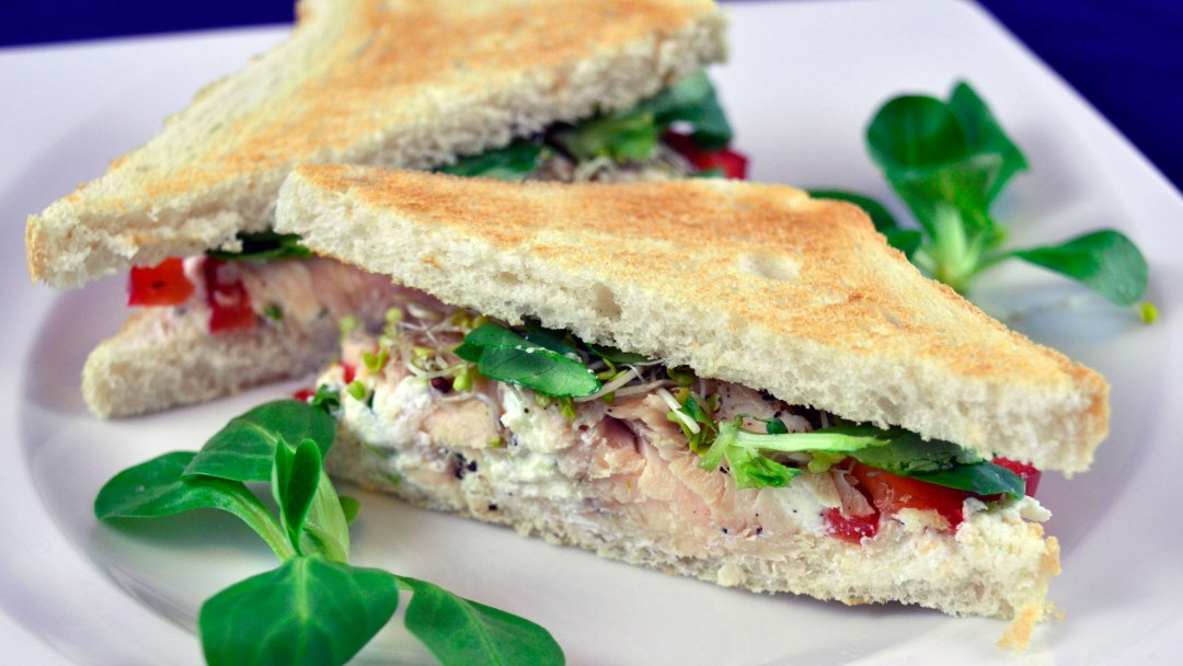 sandwich z pstrągiem i chrzanowym twarogiem