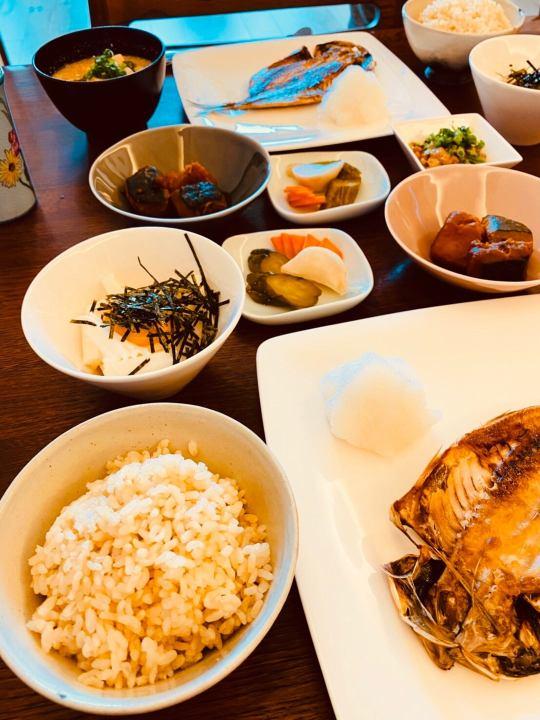 ロウカット玄米とアジの干物の画像