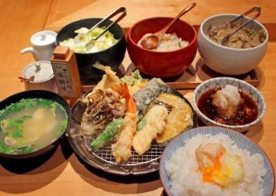 半熟玉子の天ぷらをメシにからめてほおばる!日本橋三越前『天ぷらめし 金子半之助』