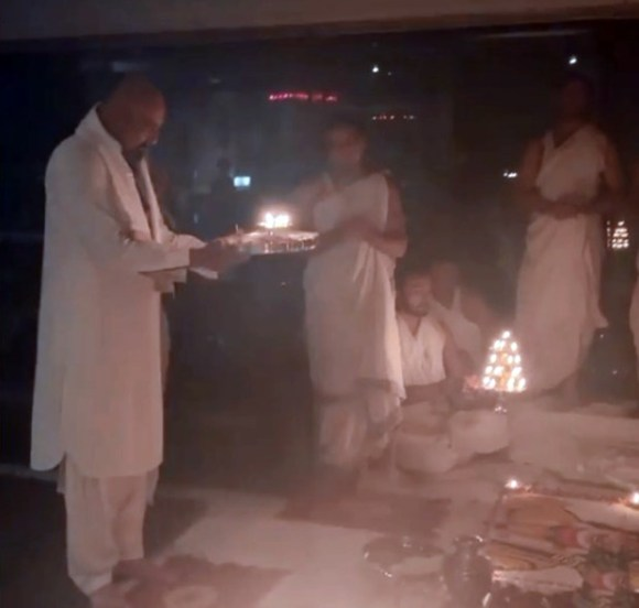 Sanjay Dutt worships on Dussehra, Manyata Dutt posts from the heart when he recovers