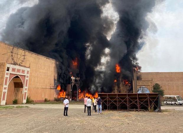 आशुतोष गोर्कर की फिल्म जोधा अकबर की सीटों ने भी एनडी स्टूडियो में आग लगा दी।