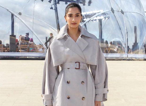 अलेक्जेंडर मैक्वीन फैशन शो में सोनम कपूर आहूजा