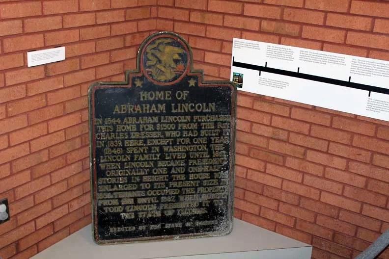A plaque discribing Lincoln's home.