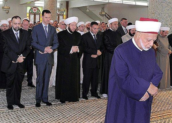 bashar-sholat-di-belakang-imam-sunni