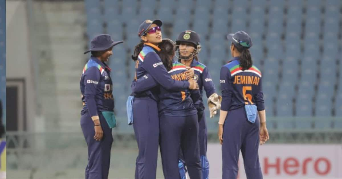 England lose two wickets in third ODI against Indian women
