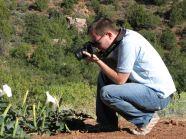 Jens beim Fotografieren einer Blume