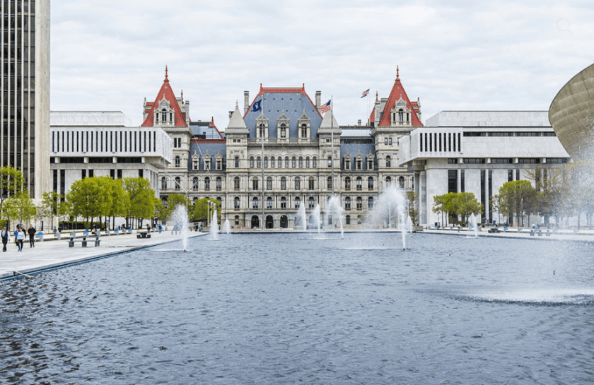 paleis gezien vanaf het fonteinwater