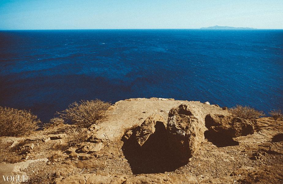 blauwe zee gezien vanaf de rand van een klif
