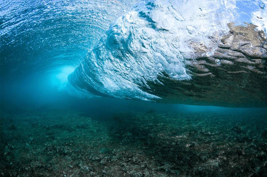 onderwaterfoto van onder een zeegolf