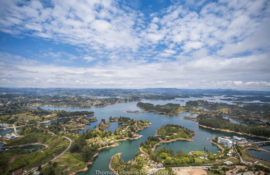 luchtfoto van de stad en haar groene velden en blauwe rivier
