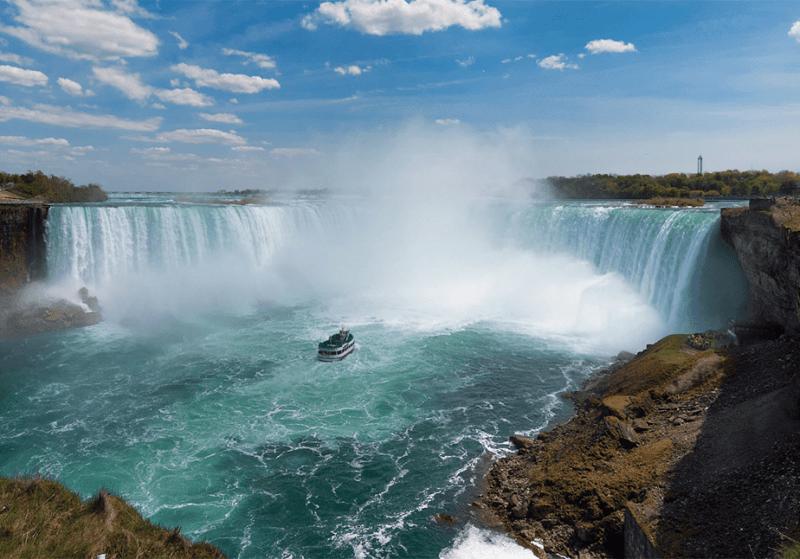 Niagara Falls boot gezien vanaf de klif