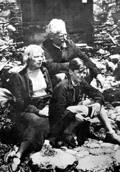 Trotsky con Natalia Sedova y Esteban Sedov, su nieto - Archivo ABC