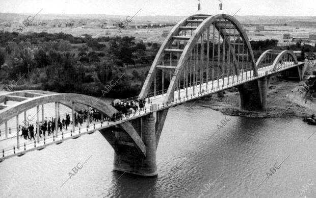 Puente sobre el río Ebro el día de su inauguración