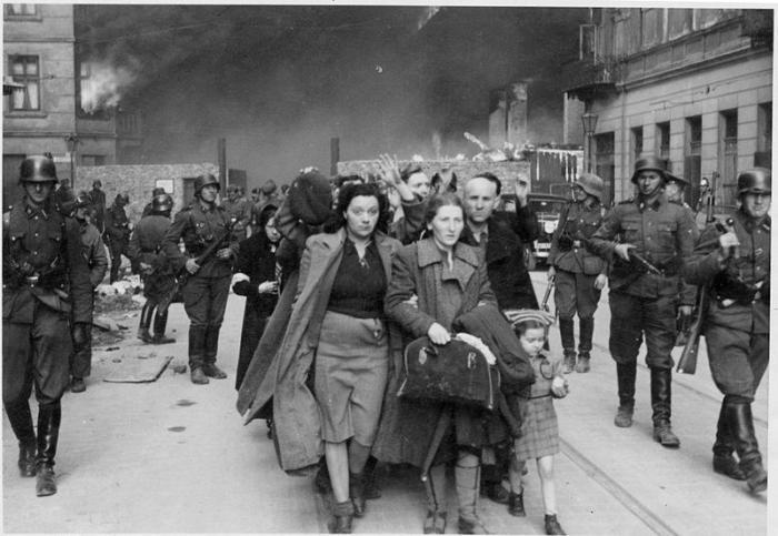 Durant l'été 1942, les Allemands ont déporté 300000 Juifs du ghetto ont été déportés dans des conditions terribles vers le camp d'extermination de Treblinka (où l'espérance de vie n'excédait pas 3 heures !).