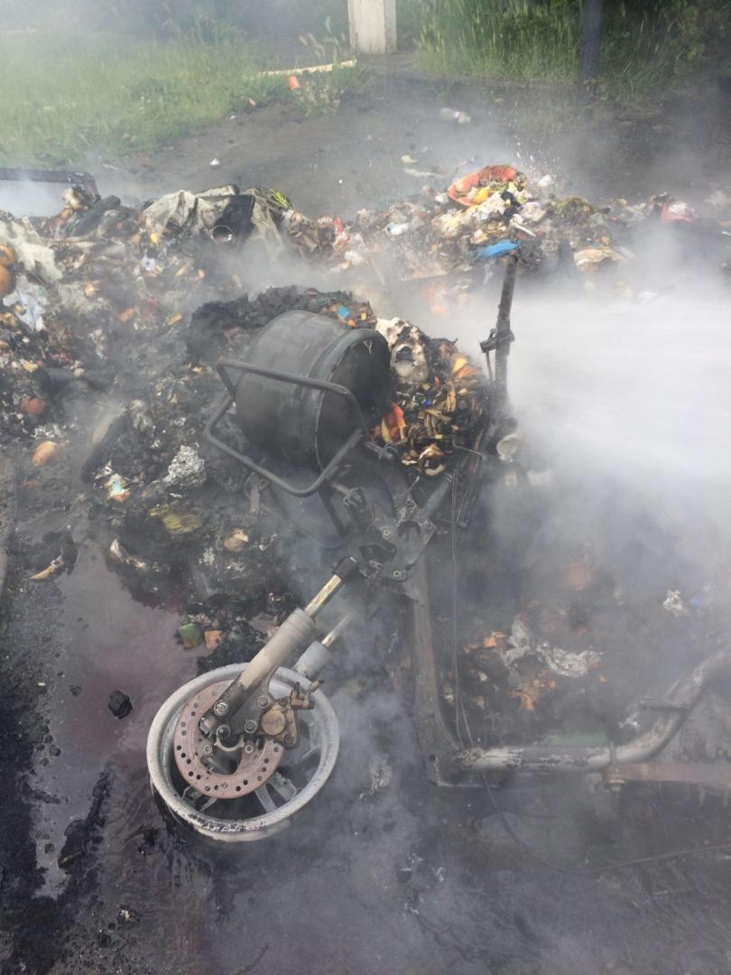 Alors qu'ils intervenaient pour un feu de poubelle, où était dissimulée une bouteille de gaz, les pompiers ont été visés par des explosifs