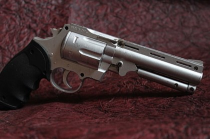 Brittany: performs with a revolver at evening … a bullet results in the neighbor's room