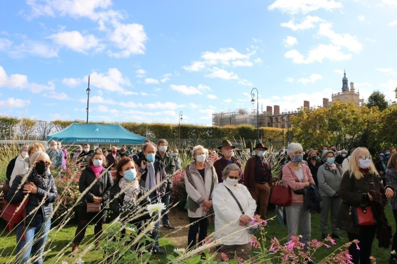 Many residents of Saint-Germain-en-Laye (Yvelines) gathered in front of the town hall this Wednesday at noon to pay tribute to Samuel Paty.