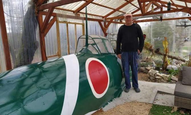 Philippe Keuffer  a monté dans son jardin un Zéro Japonais, Type 21 de 1938 à taille réelle dans son jardin.