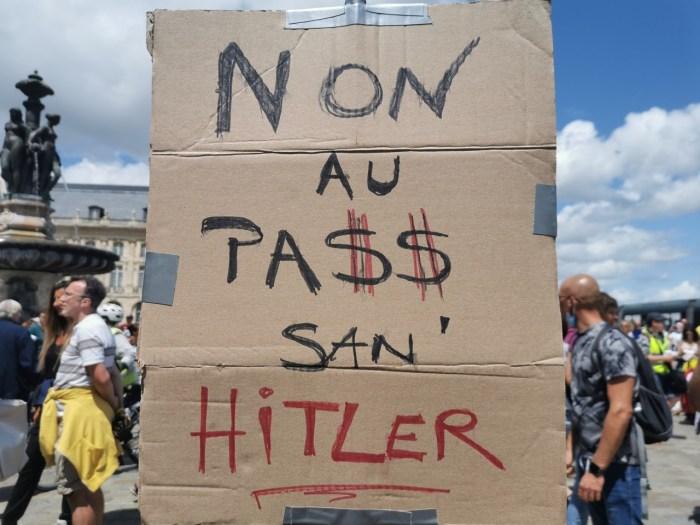 La pancarte de David, brandie lors de la manifestation de ce samedi 24 juillet, à Bordeaux