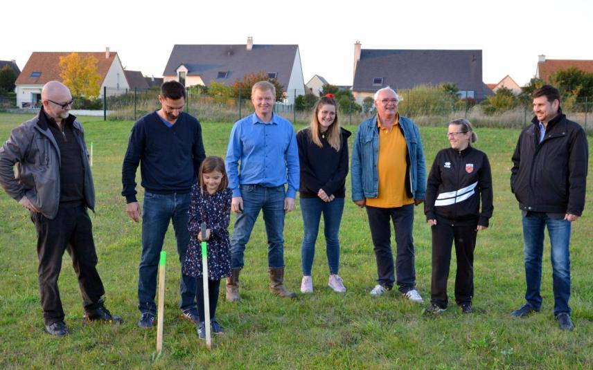 Young Margaux came with her father to help plant the stakes to mark the paths of the future park, near her home in Démouville.