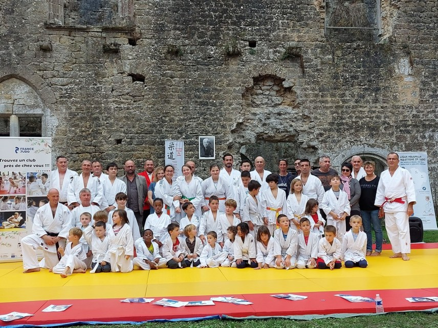 """The large judo family from Villandraut (Gironde) gathered at the castle for an """"exotic"""" session."""