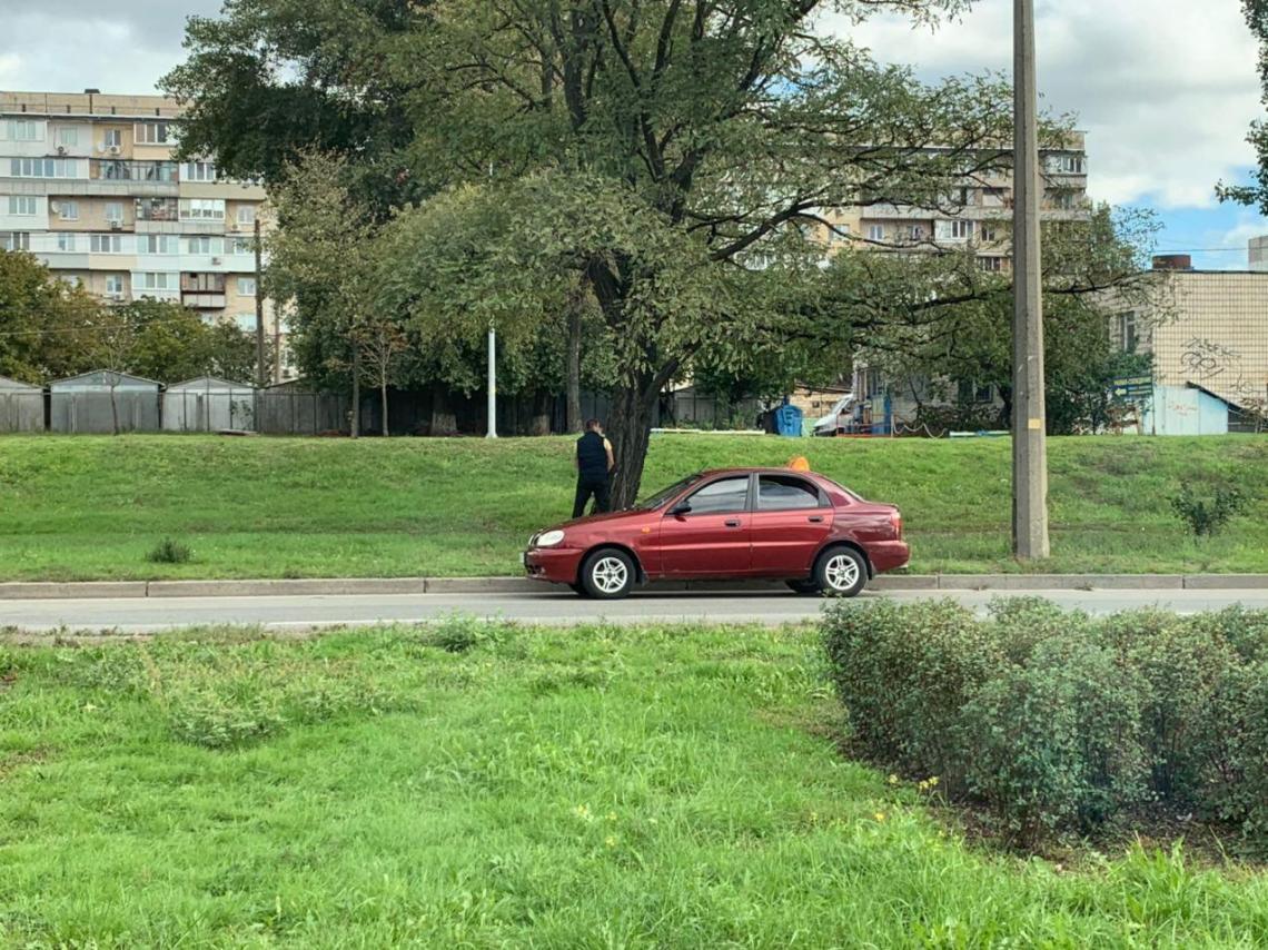 В Киеве водитель отметился неприличной выходкой посреди улицы, его «прославили»: фото, АБЗАЦ