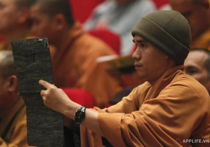 Một nhà sư Việt Nam chụp ảnh bằng iPad trong một sự kiện của giới Phật giáo diễn ra gần đây – Ảnh: Reuters