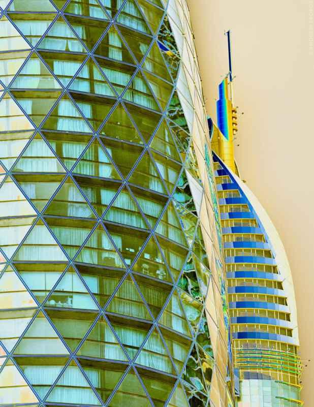 ألوان سريالية لم تتزين بها من قبل.. مصور يكشف عن عالم زاهي تحتضنه أبراج دبي