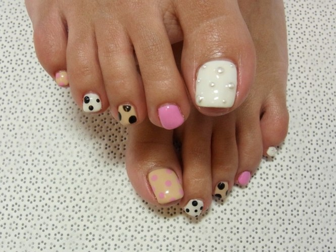 Five Dot Flowers On Toe Nails