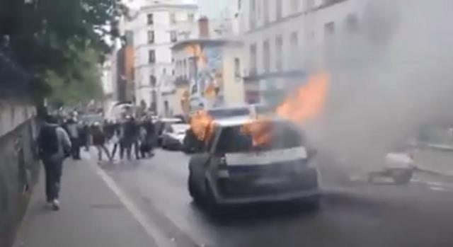 Macchina della polizia francese completamente in fiamme dopo le manifestazioni odierne
