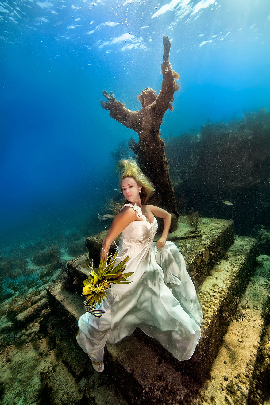 https://i1.wp.com/static.boredpanda.com/blog/wp-content/uploads/2014/10/underwater-mermaid-brides-adam-opris-23.jpg