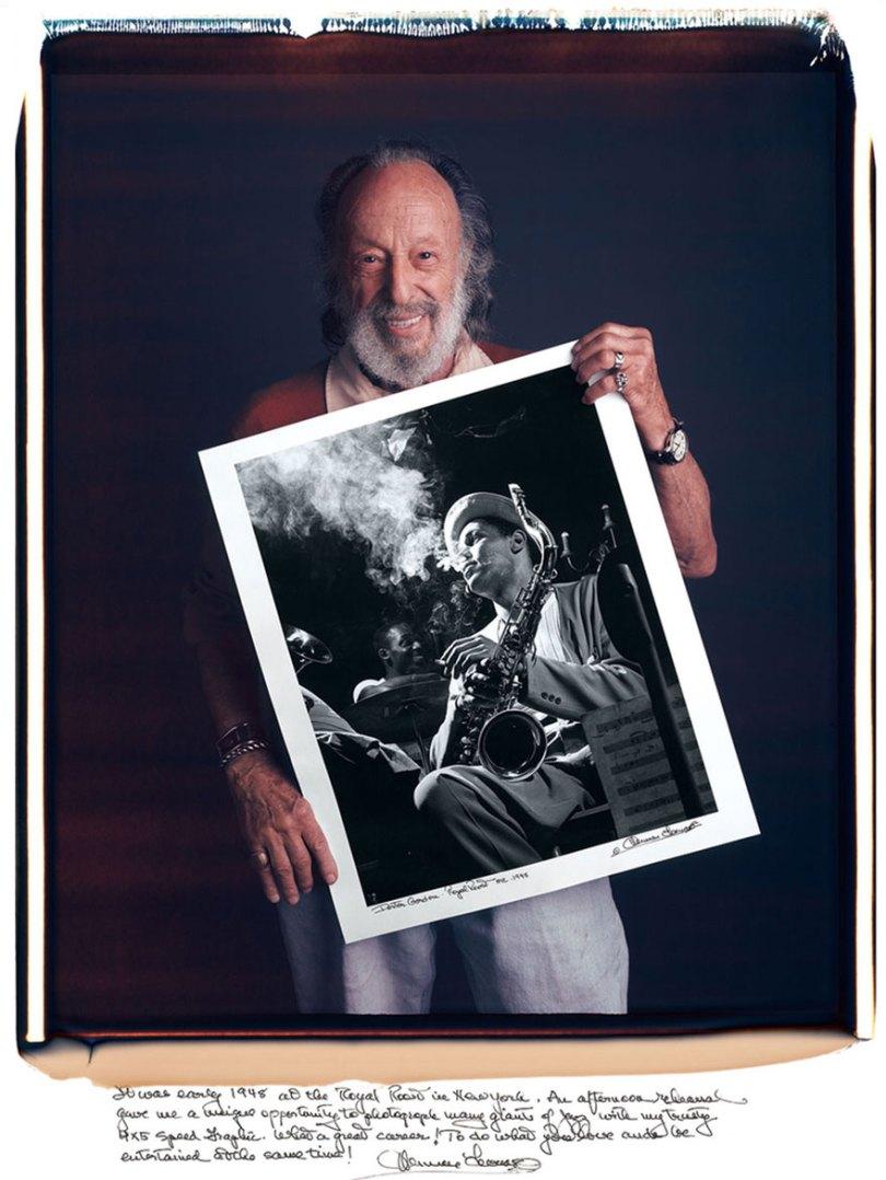 famous photographer portraits behind photographs tim mantoani 19 - Eles posaram para foto segurando suas próprias fotografias