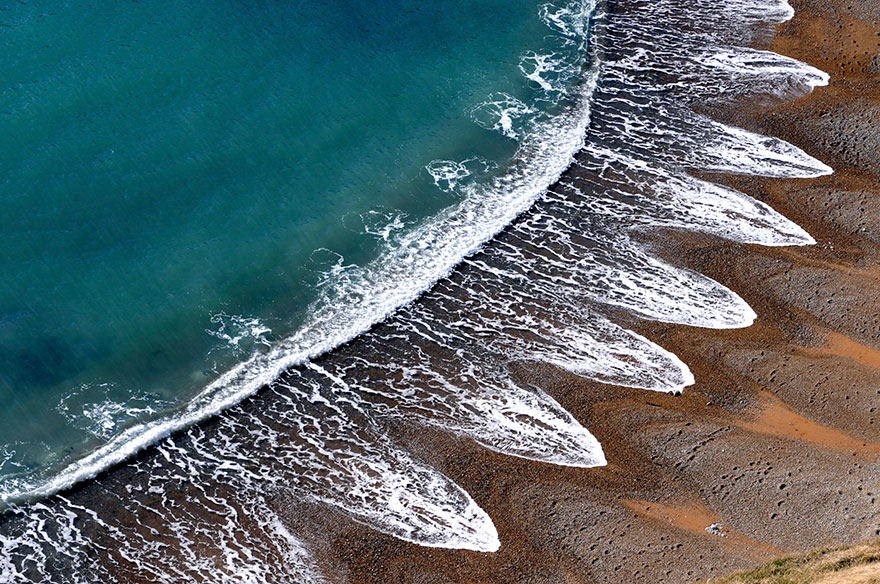 Mysterious Beach Patterns That Scientists Can't Explain Beach-cusps-sand-patterns-waves-1