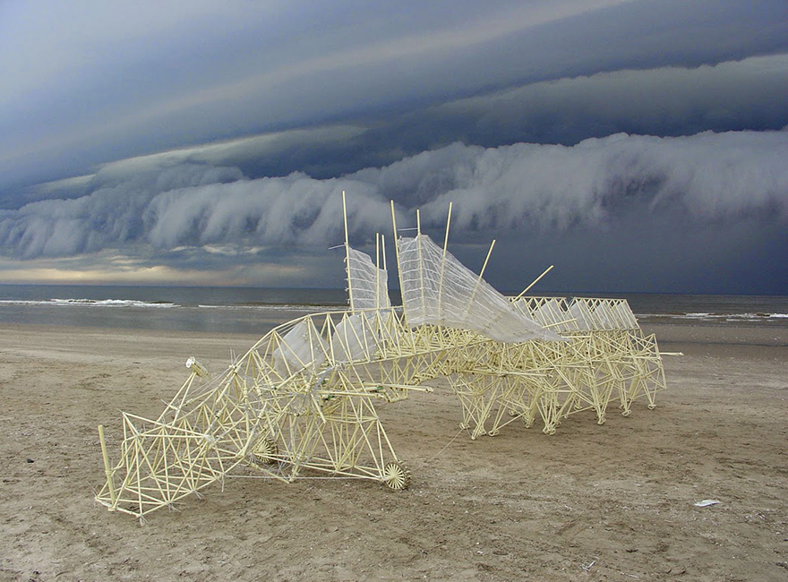 sculptures-that-walk-on-the-wind11