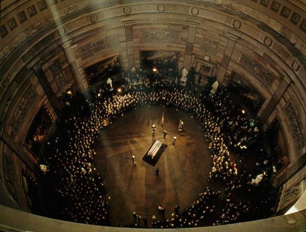 Ataúd de John F. Kennedy Mentiras En el estado Debajo de la cúpula del capitolio, noviembre de 1963