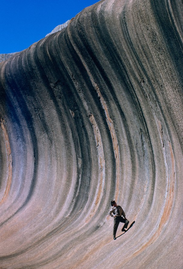 Una onda de roca en forma de viento y la lluvia se eleva sobre una llanura en el oeste de Australia, septiembre de 1963