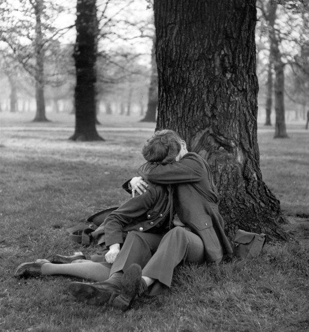 Un ATS Inglés y Octava Fuerza Aérea sargento Disfrute de una dichosa beso de 1945
