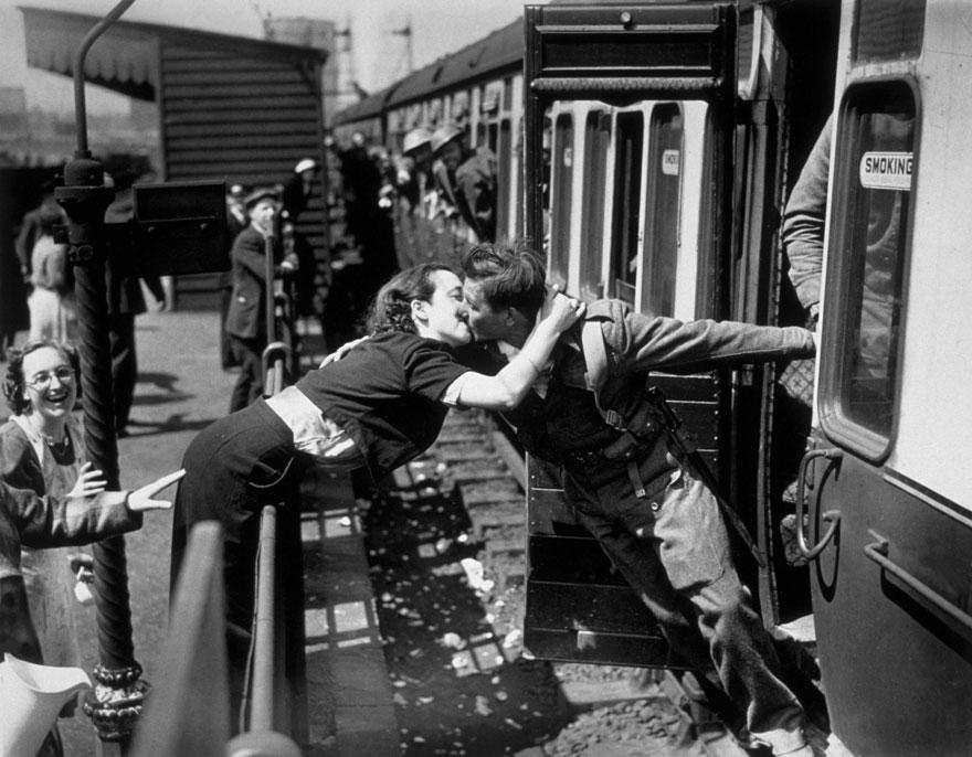 Una donna si appoggia oltre la ringhiera per baciare un soldato britannico Tornando dalla seconda guerra mondiale, Londra, 1940