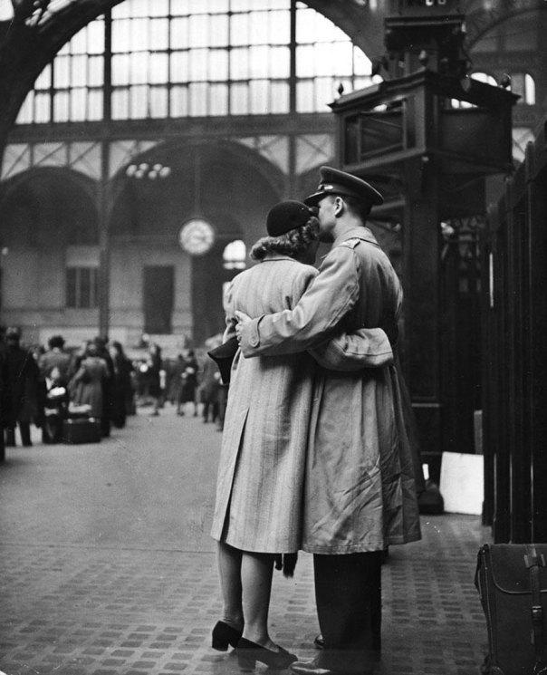 Saliendo decir adiós a tropas en la estación Penn de Nueva York, abril de 1943