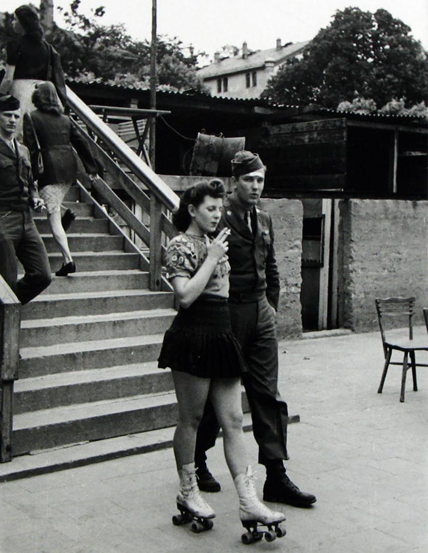 Una giovane donna sui pattini a rotelle e il suo Soldato Miele, 1940