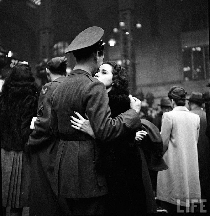 Addio di partire truppe a Penn Station di New York, aprile 1943